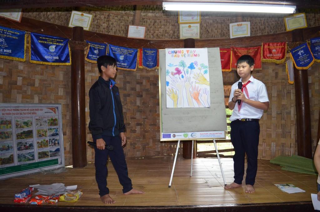 Các học sinh thể hiện ý tưởng về bảo vệ rừng qua việc sáng tạo pano