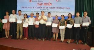 TS Nguyễn Hải Hữu đã trao chứng chỉ đào tạo cho các học viên