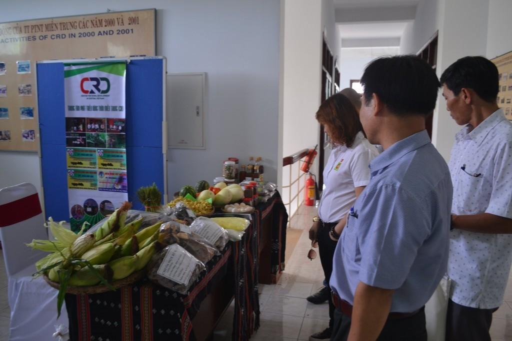 Rất nhiều người quan tâm đến không gian Trưng bày nông sản huyện A Lưới tại Lễ Ký Kết